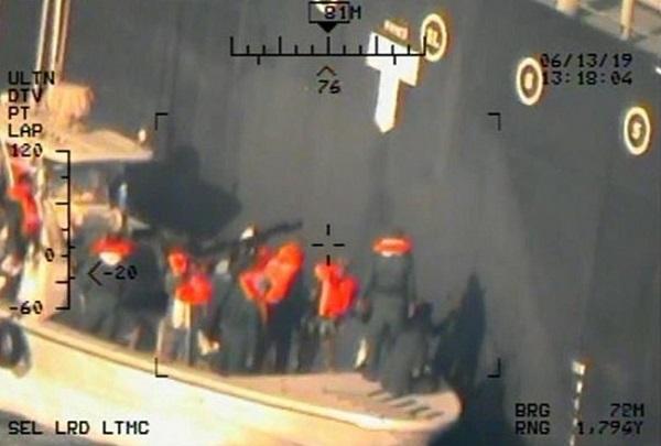 EUA divulgam imagens de militares do Irã instalando bomba em petroleiro