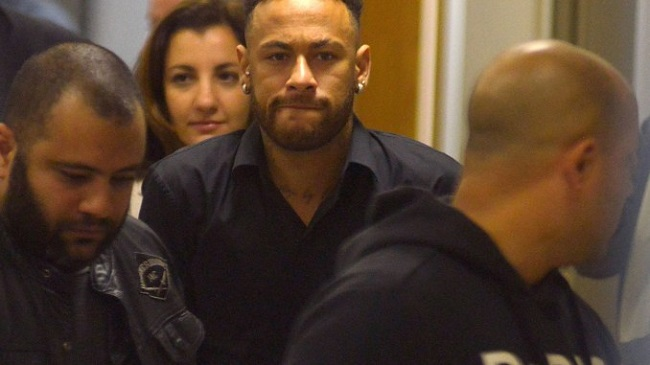 Neymar agradece carinho dos fãs ao depor em delegacia no RJ