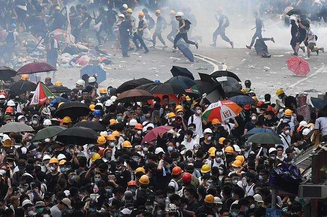 Protestos em Hong Kong forçam governo pró-China a adiar lei de extradições