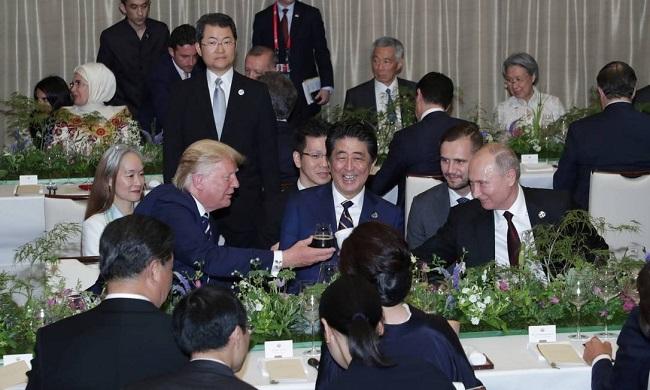 Presidente da Rússia leva copo térmico próprio para jantar oficial do G-20
