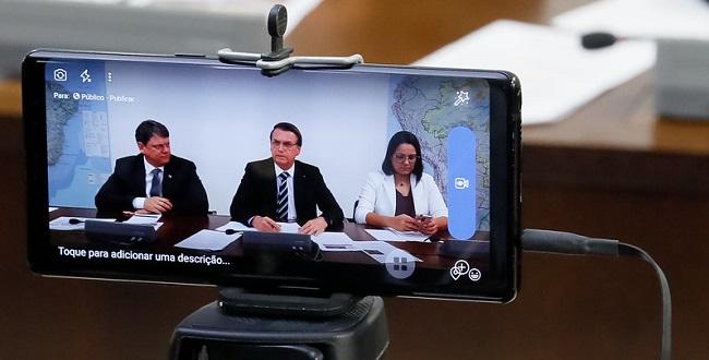Bolsonaro anuncia que a Caixa vai renegociar dívidas de caminhoneiros