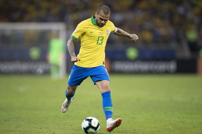 Capitão da Seleção, Daniel Alves chega ao 40º título na carreira