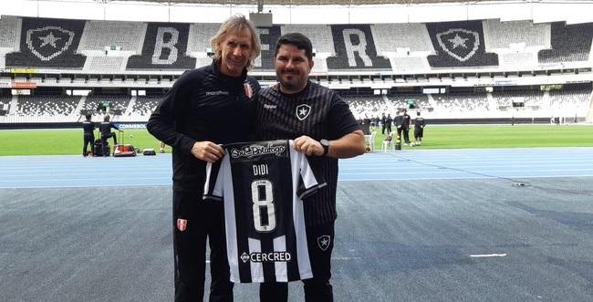 Gareca ganha camisa do Botafogo com nome de Didi, ídolo e ex-técnico do Peru