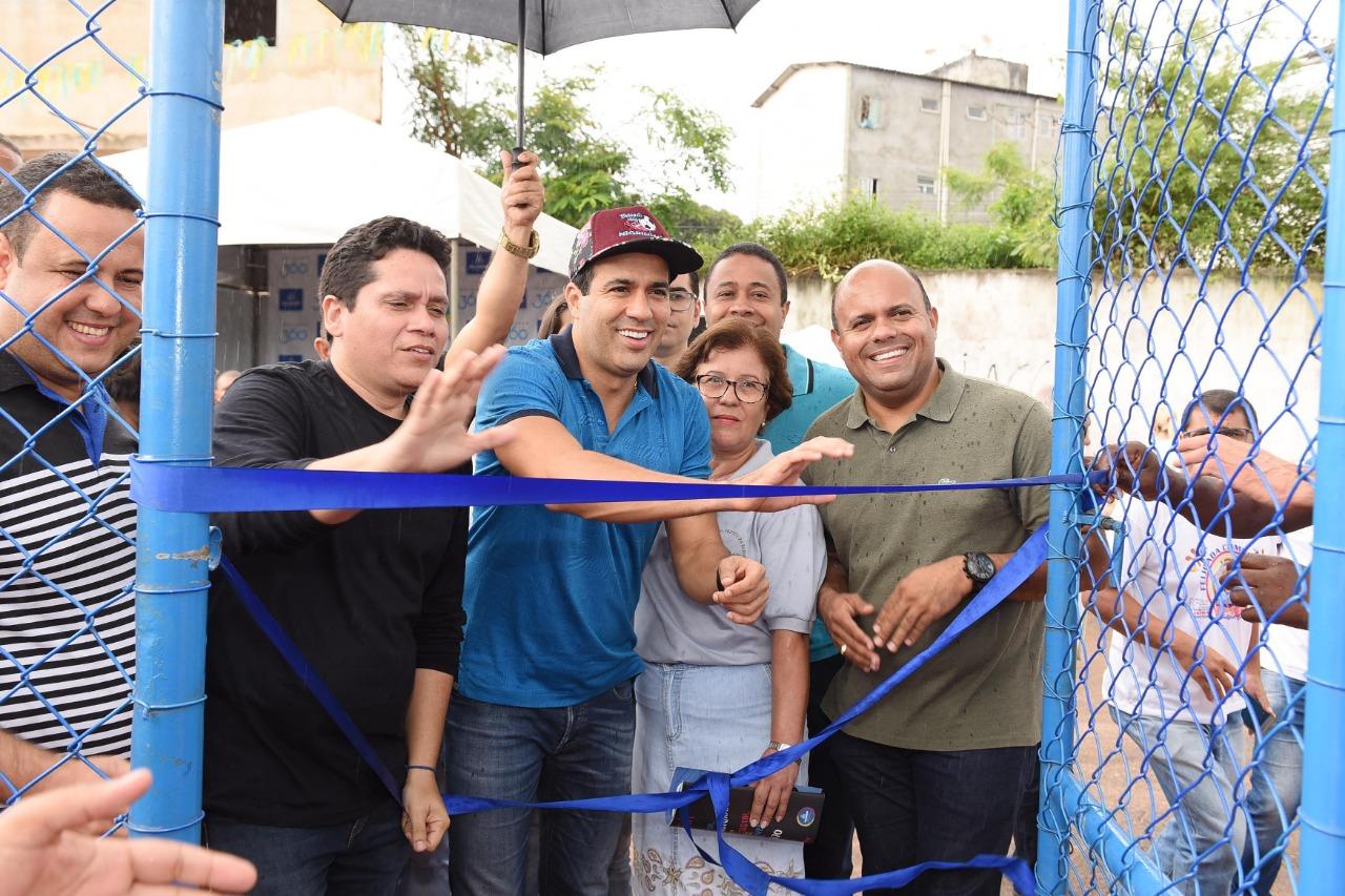 Bruno Reis entrega campo de futebol requalificado aos moradores de Cajazeiras VII