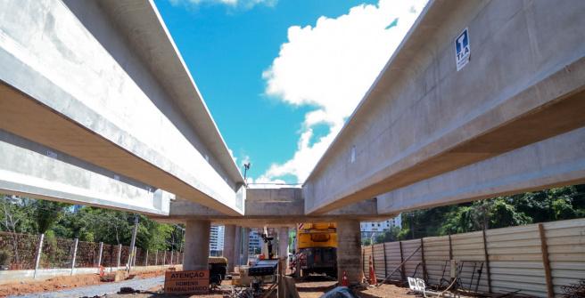 Vigas dos viadutos do BRT Salvador começam a ser instaladas no Itaigara