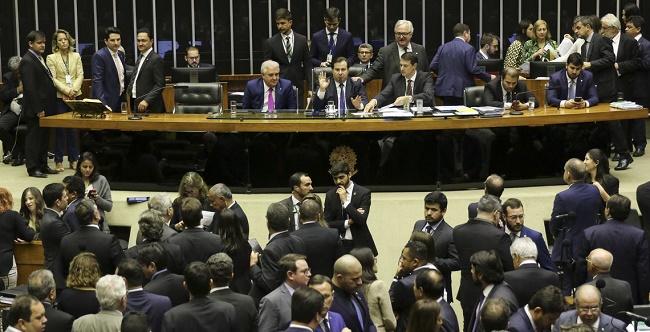 Deputados aprovam aumento do saque do FGTS de R$ 500 para R$ 998