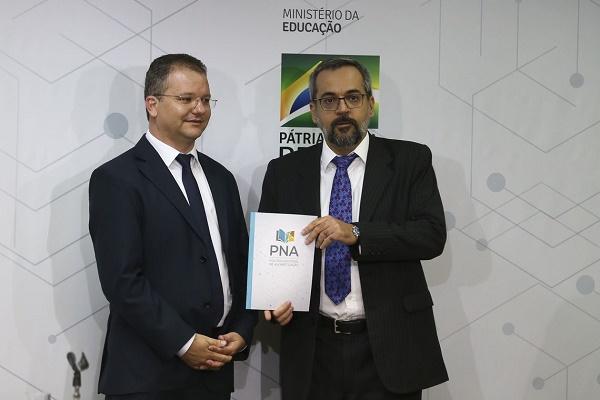 MEC lança cartilha da Política Nacional da Alfabetização