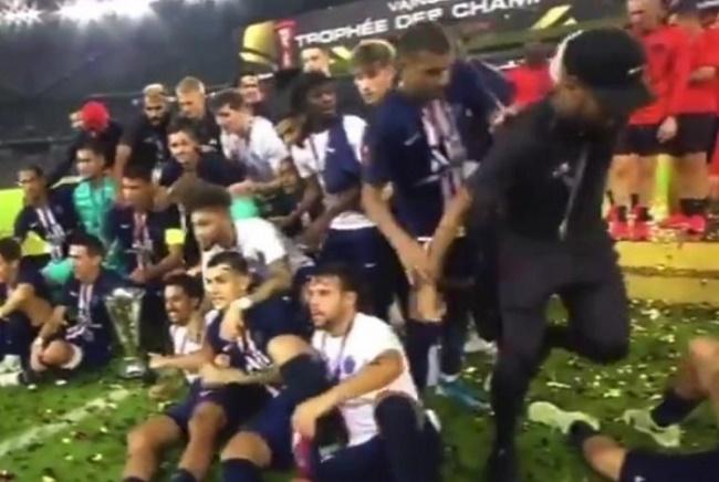 Resultado de imagem para Mbappé empurra Neymar para fora da foto oficial do título da Supercopa da França