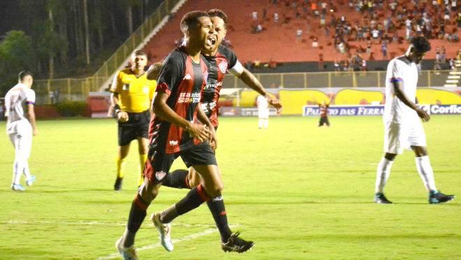 Vitória bate o Paraná por 2 a 0 na estreia de Carlos Amadeu; veja os gols