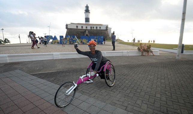 Guardadora de carros cadeirante vai participar da Maratona Salvador