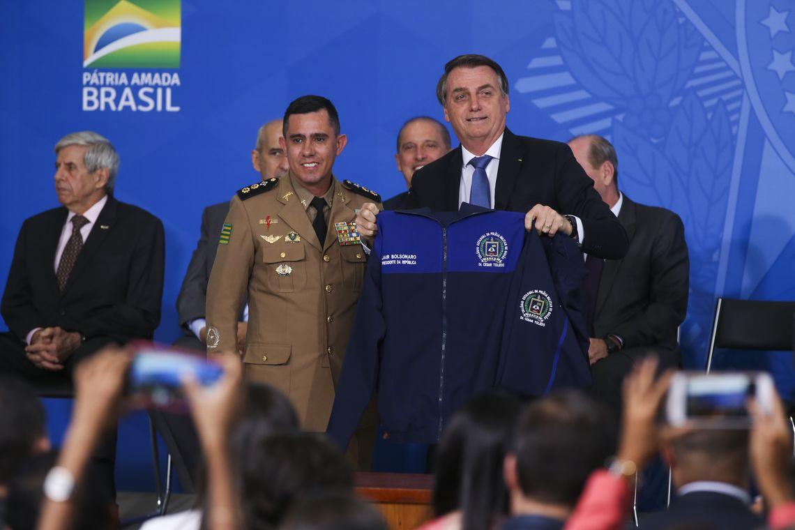 Bolsonaro lança programa para criação de escolas cívico-militares