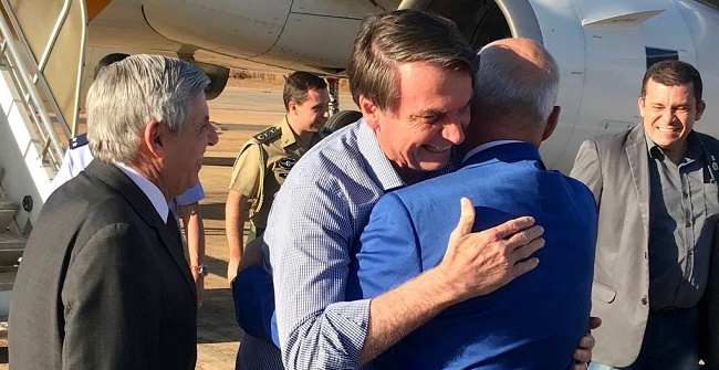 """Bolsonaro chega a Brasília e já rebate """"fake news"""" sobre reforma ministerial"""
