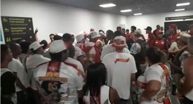 Torcida do Vitória protesta durante desembarque da equipe em Salvador