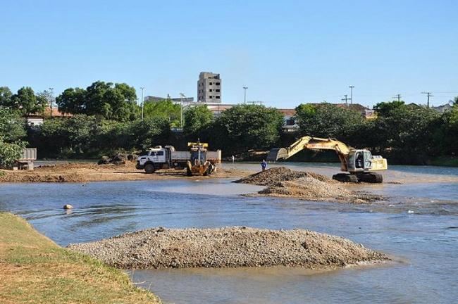 Barreiras retira bancos de areia do Rio Grande para evitar inundações