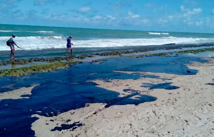 Investigações indicam que óleo derramado no litoral do Nordeste foi extraído na Venezuela