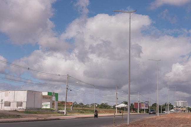 Camaçari instala 125 novos postes com lâmpadas em LED na Avenida Jorge Amado