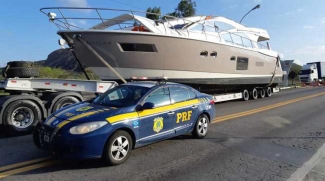 PRF flagra barco de luxo transportado de maneira irregular em Milagres