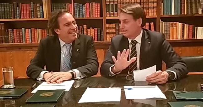 """Em """"live"""", Bolsonaro comemora redução de juros da Caixa; assista"""