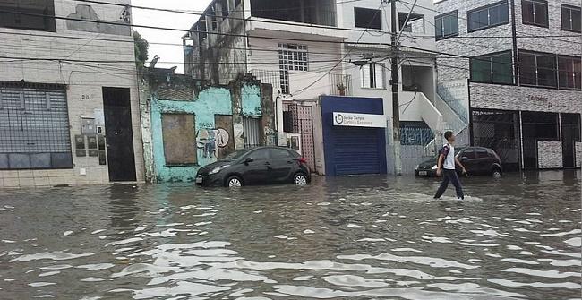 Prefeitura de Salvador paga R$ 1,4 milhão para famílias atingidas pela chuva