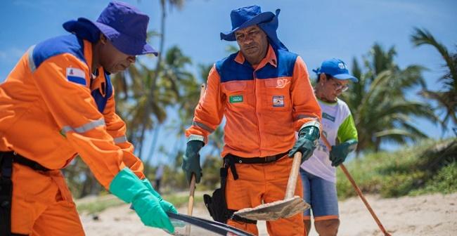 Defesa Civil de Camaçari retira três toneladas de óleo da Praia de Arembepe