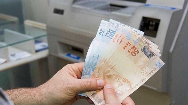 Bolsonaro sanciona aumento do saque do FGTS para R$ 998