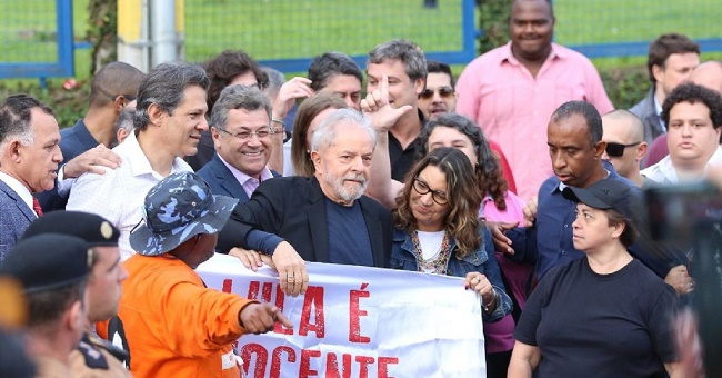 Um dia após decisão do STF, Lula deixa carceragem da PF em Curitiba