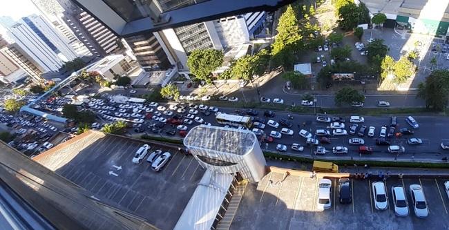 Motoristas de Uber protestam na Av. Tancredo Neves contra assassinatos de colegas