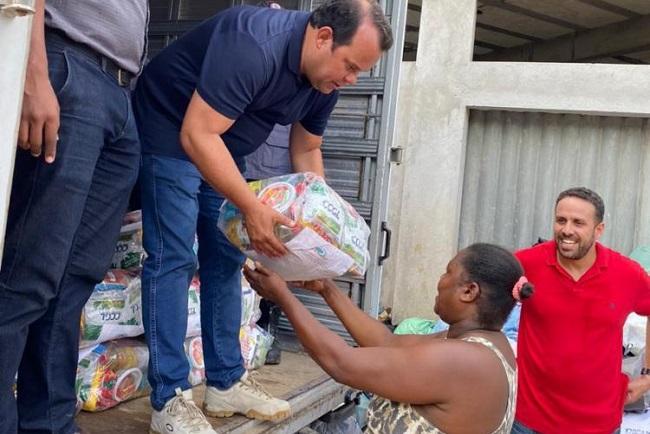Câmara de Salvador distribui alimentos para famílias vítimas das chuvas