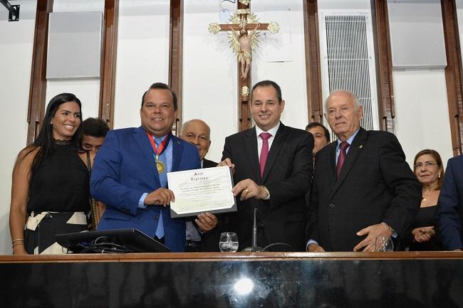 Geraldo Júnior recebe a Medalha Dois de Julho na ALBA