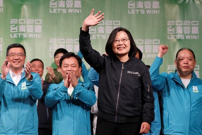 Presidente de Taiwan é reeleita em meio a crise com a China