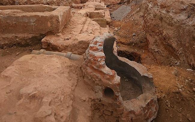 Parte da fachada do Teatro São João é encontrada em escavação