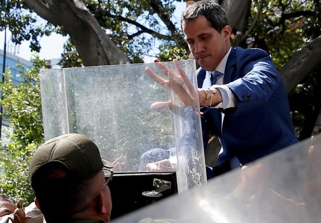 Guaidó enfrenta guarda de Maduro e entra na Assembleia Nacional da Venezuela