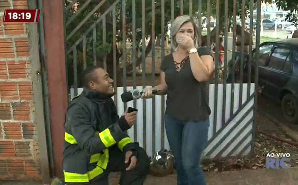 Repórter da Record aceita pedido de casamento de bombeiro feito ao vivo