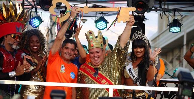 Ao lado de Brown, Rei Momo recebe a Chave da Cidade no Carnaval de Salvador
