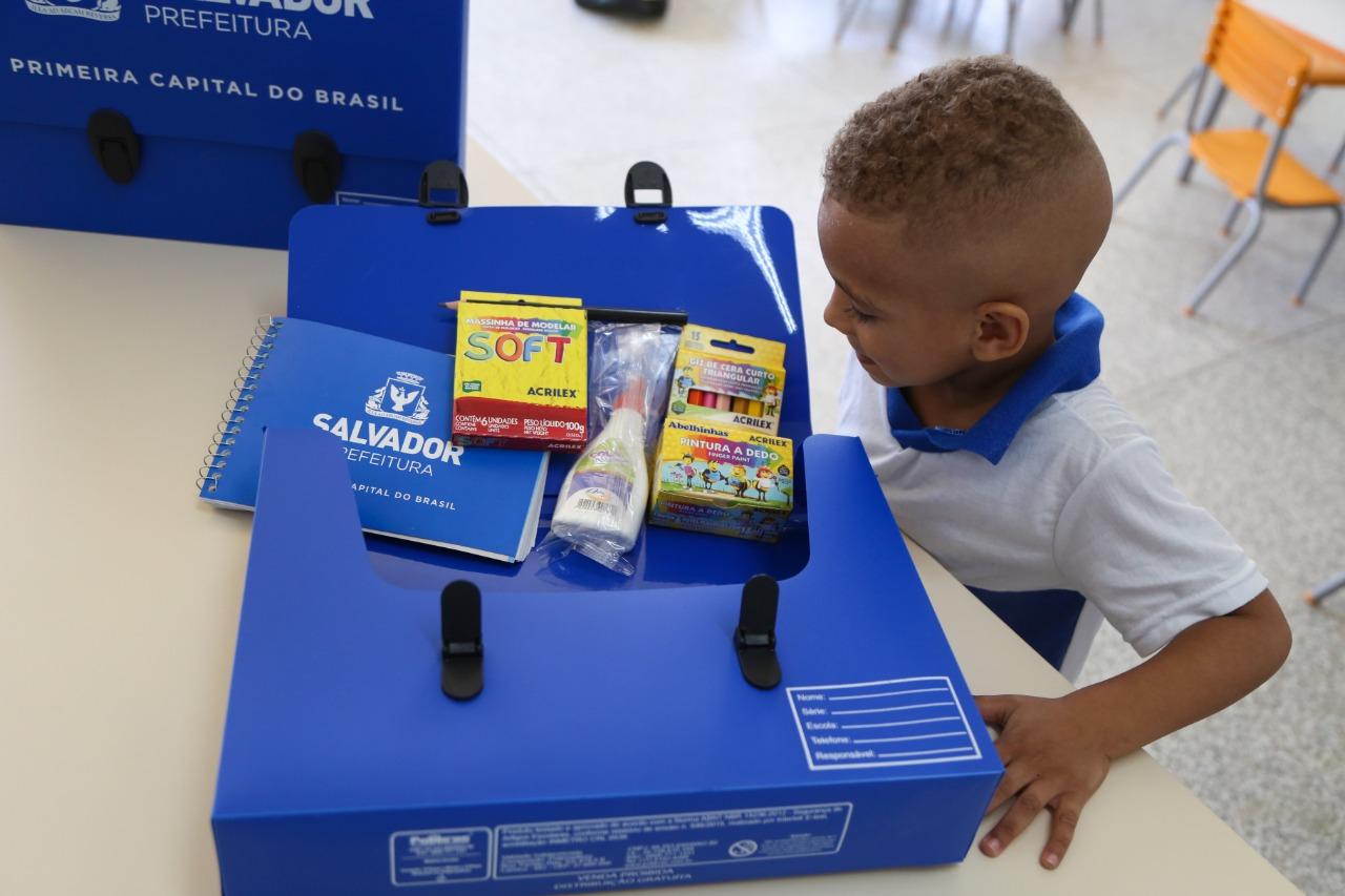 Mais de 150 mil kits escolares são distribuídos a alunos da rede municipal de Salvador