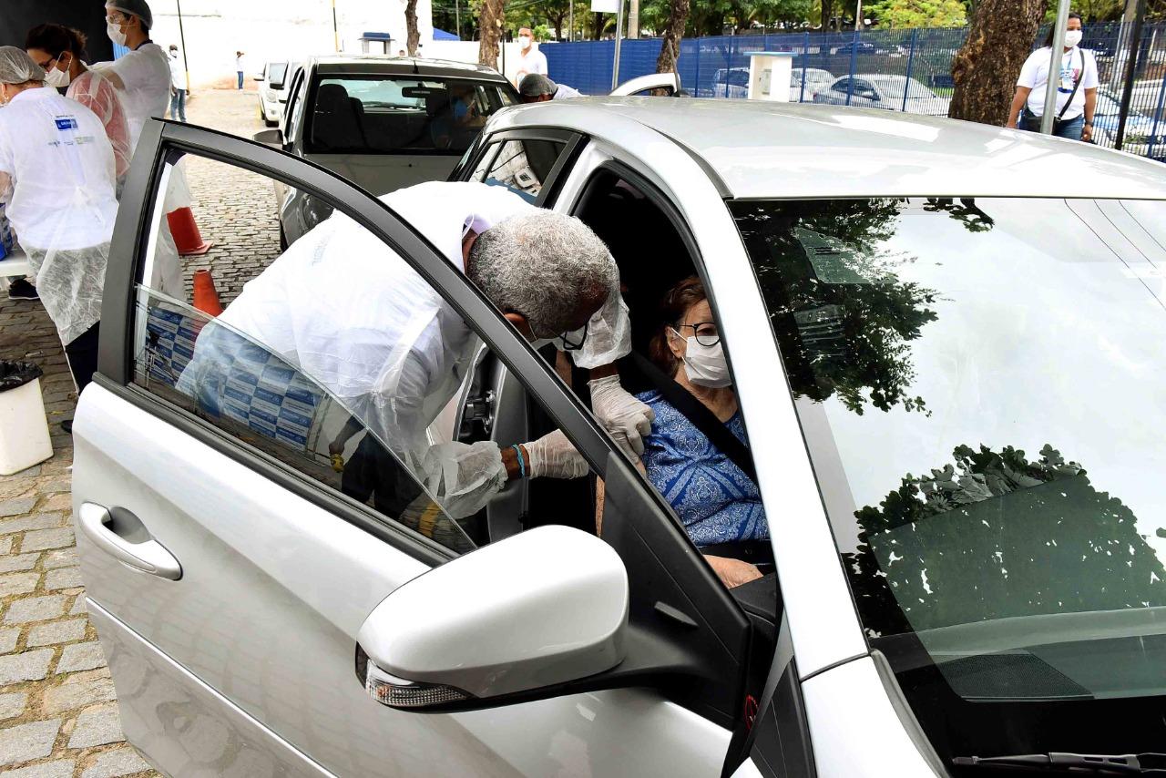 Vacinação contra gripe via drive-thru é feita em quatro pontos de Salvador