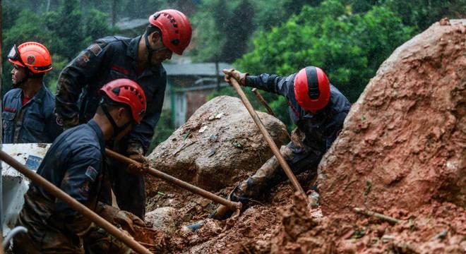 Chuvas provocam 19 mortes na Baixada Santista; 29 pessoas estão desaparecidas