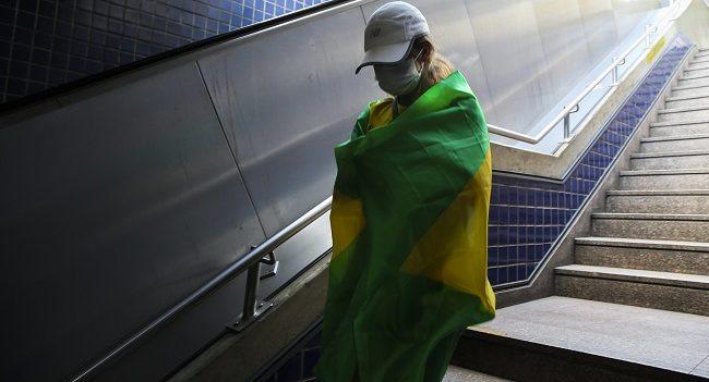 Brasil registra 921 mortes por covid-19 em 24h e total passa de 165 mil