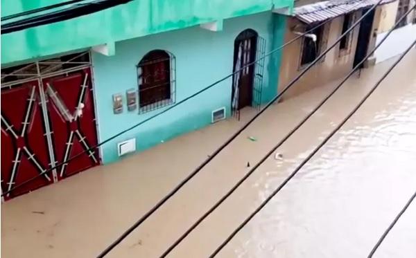 Chuva forte deixa ruas alagadas em Santo Amaro