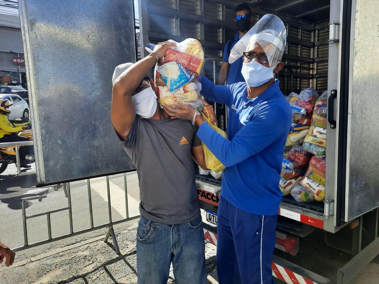 Prefeitura de Salvador entrega 320 cestas aos ambulantes do Imbuí