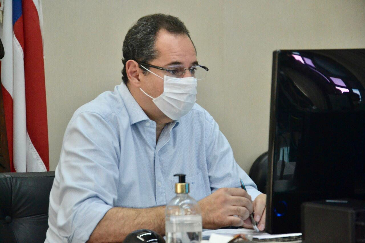Nelson Leal promulga lei que reduz mensalidades escolares na Bahia