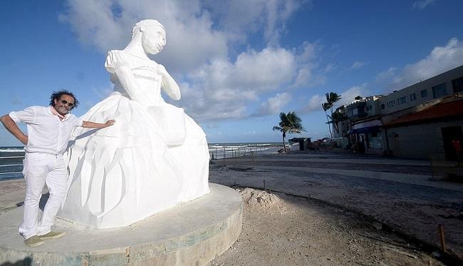 Amaralina ganha estátua em homenagem às baianas de acarajé