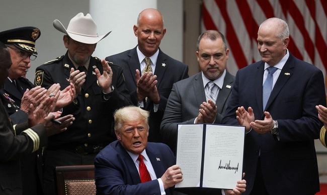Trump assina decreto para reforma policial nos EUA após protestos antirracistas