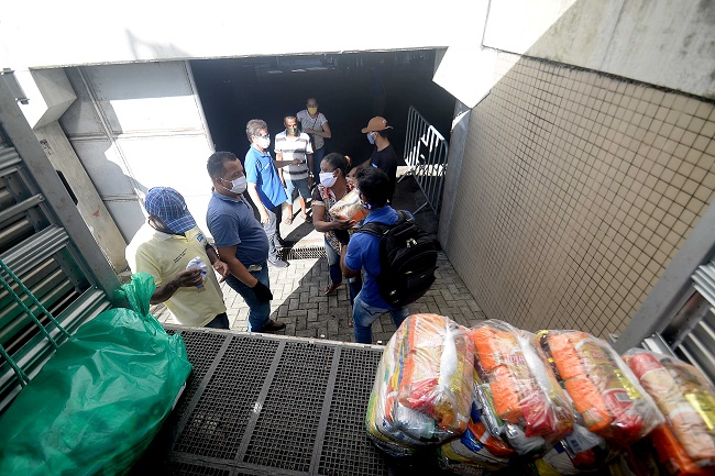 Ambulantes de Cajazeiras recebem 800 cestas básicas; região tem 63 interdições