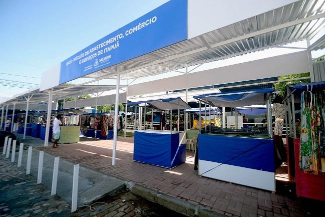 Feirantes de Itapuã trabalham em nova estrutura garantida pela Semop