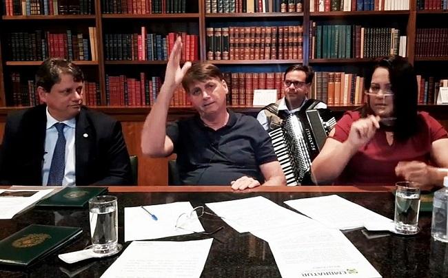 """Em """"live"""" nas redes sociais, Bolsonaro diz que está fazendo uso de antibiótico"""