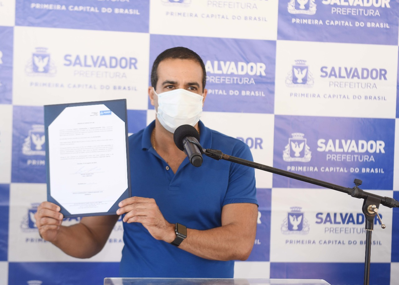 Bruno Reis entrega contenção de encosta e autoriza reforma de campo no Subúrbio