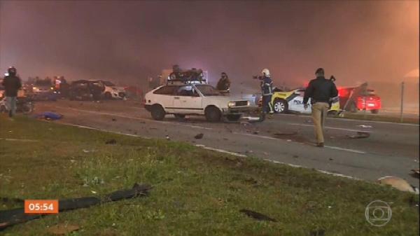 Engavetamento com mais de 20 veículos deixa 8 mortos em rodovia no Paraná