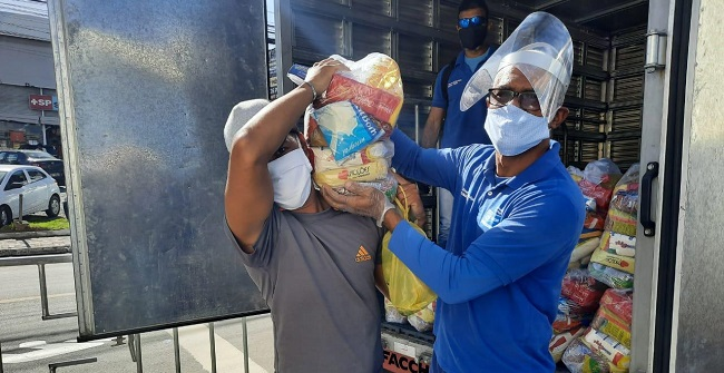 Ambulantes e feirantes recebem alimentos em bairros com restrições em Salvador