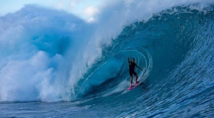 Brasileira Maya Gabeira surfa onda de 23,5m e bate recorde mundial feminino
